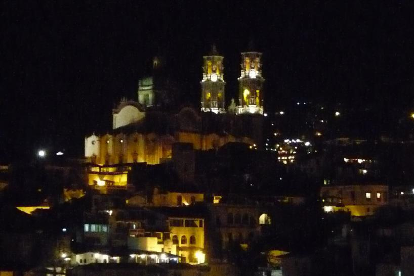 Mexiko: Santa Prisco in Taxco bei Nacht