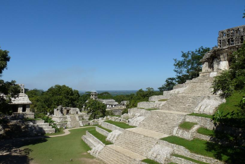 Mexiko: Links der Tempel der Sonne